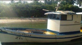 Barco em que estavam os pescadores resgatados pela Marinha