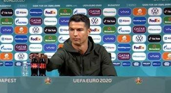 Ao dar entrevista coletiva, Cristiano Ronaldo retirou as garrafas de Coca-Cola de sua frente
