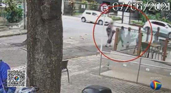 Idosa sofre golpe do bilhete premiado e perde R$ 25 mil no Recife; veja vídeo