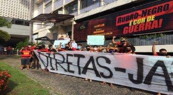 Torcedores fizeram protesto na sede do Sport e exigiram novas eleições diretas