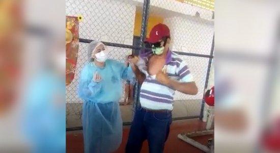Josimar Isidório da Costa, 56 anos, rasgou a camisa para receber a vacina da Covid-19