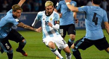 Lionel Messi em confronto com jogadores da defesa uruguaia