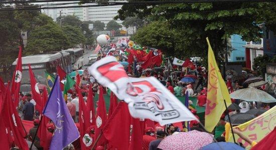 Manifestantes protestam contra Bolsonaro no Recife, apesar de recomendação do MPPE sobre aglomerações