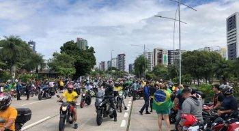 Apoiadores do presidente Jair Bolsonaro na Avenida Agamenon Magalhães, um dos principais corredores do Recife