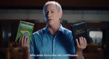Ciro Gomes postou vídeo nas redes sociais segurando uma Bíblia e a Constituição