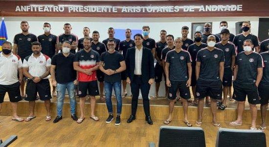 Campeão da Copa de 1994 dá palestra motivacional para elenco do Santa Cruz antes de jogo com Jacuipense