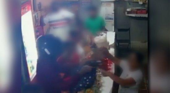 Bronca: homem armado invade padaria e rouba clientes em Pernambuco