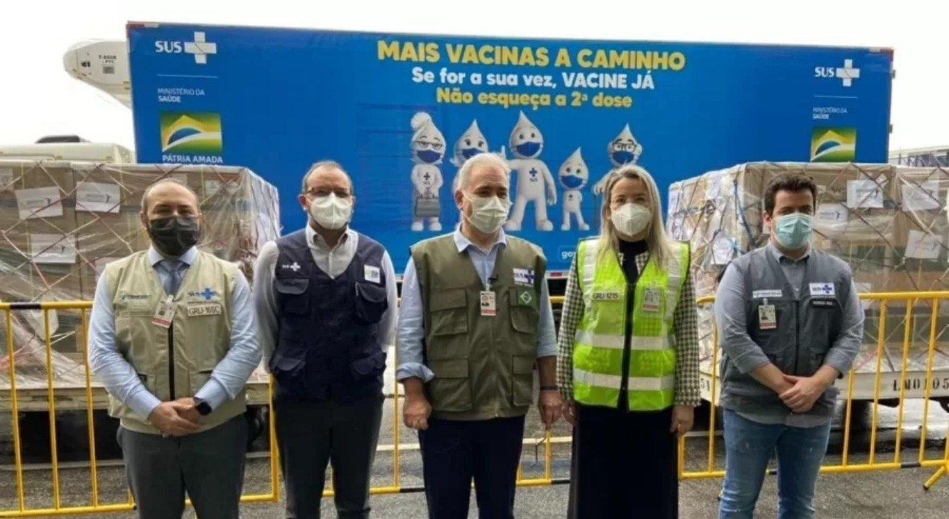 O ministro da Saúde, Marcelo Queiroga, acompanhou a chegada de 1,5 milhão de doses da vacina da Janssen no aeroporto internacional de Guarulhos (SP)