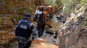 O cachorro que ajudava nas buscas por Lázaro Barbosa foi carregado pelos policiais