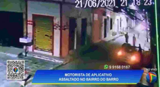 Vídeo: motorista de aplicativo que aguardava passageiro é assaltado por dois homens no Barro, Zona Oeste do Recife