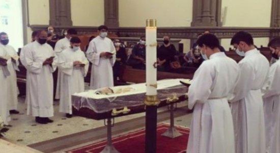Padre que morreu de Covid tem velório com caixão aberto e aglomerações