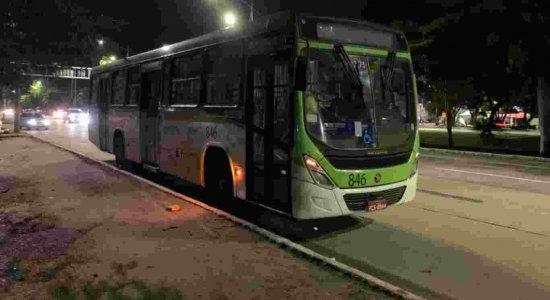 Jovem de 16 anos que estava com filha no colo é atingida com tiro na perna durante tentativa de assalto a ônibus no Arruda