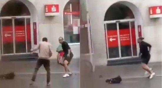 Homens cercaram o suspeito e impediram que ele fizesse mais vítimas