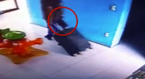 Vídeo mostra médico suspeito de atirar em vizinhos carregando espingarda dentro de prédio em Boa Viagem