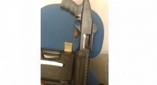 Vídeo mostra, no detalhe, armas apreendidas em apartamento de médico suspeito de atirar em vizinhos, em Boa Viagem