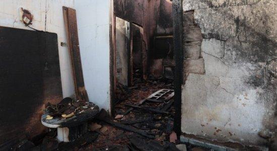 Idosa morre após incêndio destruir sua casa em Igarassu; vítima estava acamada