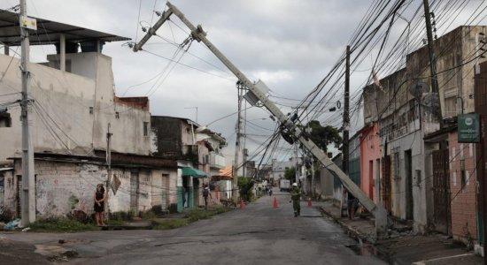 Poste ameaça desabar em Olinda e moradores ficam apreensivos e temem acidente