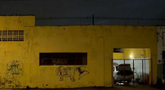 Homem morre depois de ser imprensado por carro dentro de oficina mecânica no Recife