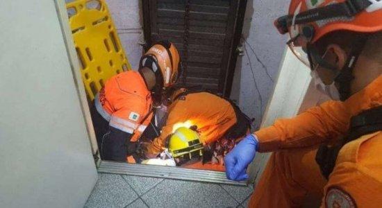 VÍDEO: Idosa de 82 anos cai em fosso de elevador e sobrevive; assista