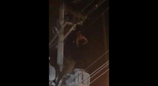 Adolescente ficou preso pelo pé antes do resgate por uma hora