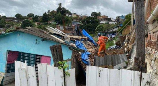 Muro desaba após não aguentar pressão das chuvas e destrói casa em Olinda
