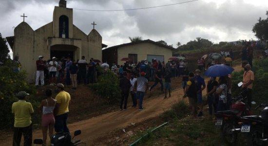 Parentes e amigos se despedem de funcionária da Câmara de Vereadores de Vitória de Santo Antão morta a tiros