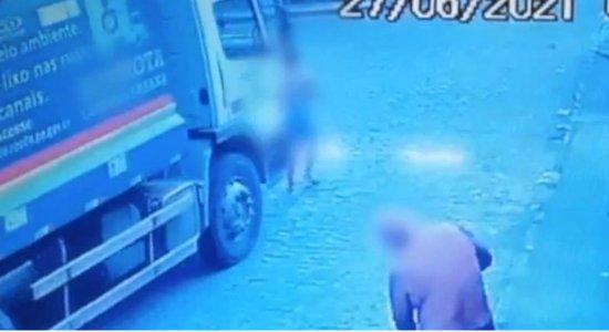 Mulher é atropelada por caminhão de lixo no Recife e espera há dias por cirurgia; veja vídeo