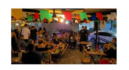 Bares desrespeitam protocolo estadual e são interditados no Recife; Não havia nem distanciamento nem máscaras