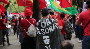 Manifestantes usaram cartazes para protestar contra Bolsonaro