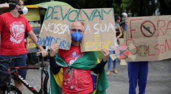 Manifestantes contra Bolsonaro voltam a usar bandeira do Brasil