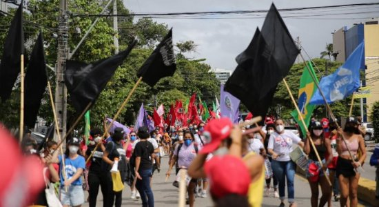 Manifestantes protestam no Recife defendendo impeachment de Bolsonaro, democracia e cobrando vacinas