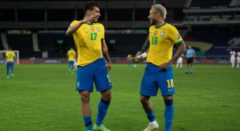 Lucas Paquetá comemora com gol da Seleção Brasileira ao lado de Neymar
