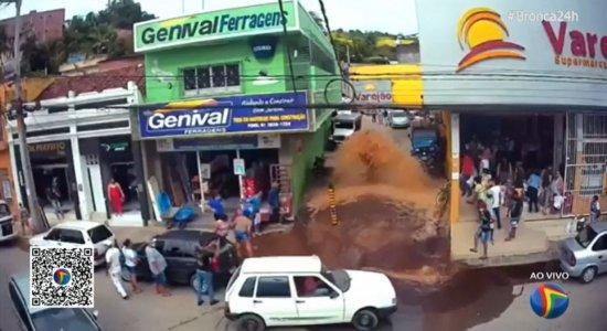 Cano estoura, água jorra com força e inunda rua no centro de Bom Jardim; veja vídeo