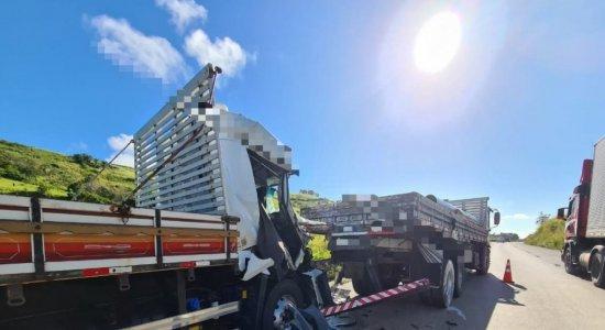 Homem morre e outros dois ficam feridos em acidente envolvendo 2 caminhões e 4 carros na BR-232