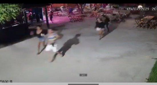 VÍDEO: PM é morto a tiros em bar, e câmeras flagram toda ação, inclusive fuga dos criminosos; assista