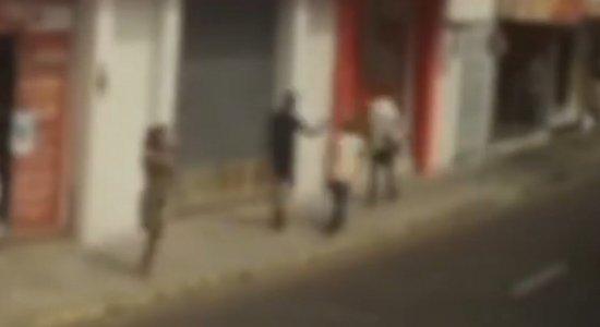 Câmeras de segurança flagram momento em que dois homens são assassinados em Petrolina