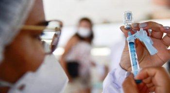 No Recife, idosos a partir de 65 anos já vão poder tomar terceira dose da vacina contra a covid-19