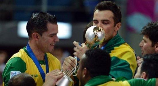 Ex-craques lamentam acidente com o time do Umuarama e revelam dura realidade do futsal: '20 anos viajando de ônibus pelo Brasil'