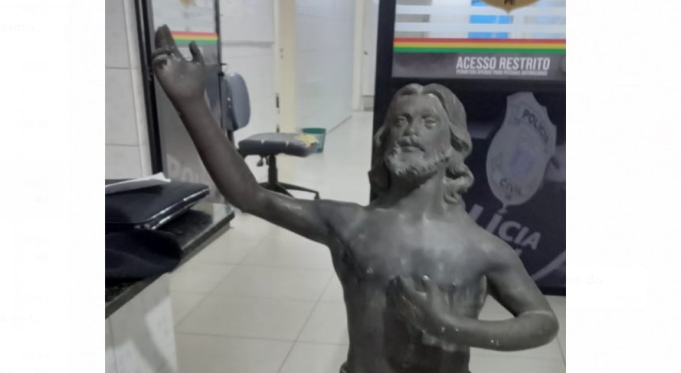 Estatueta de Jesus Cristo foi roubada dentro de cemitério.