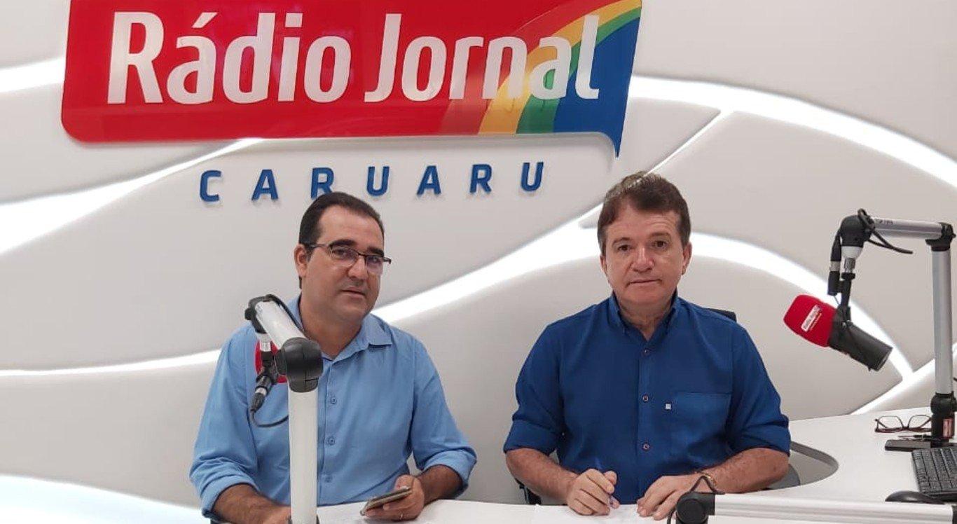"""Givanildo Silveira e Edeilson Lins comandam o programa """"A Hora da Justa"""", na Rádio Jornal Caruaru"""