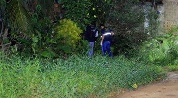 Policiais Civis e peritos da Polícia Científica estiveram na casa onde a mulher grávida foi assassinada