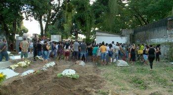 Dezenas de pessoas acompanharam o enterro da criança no Cemitério da Várzea, no Recife