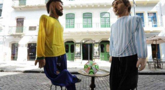 Bonecos gigantes de Neymar e Messi no Recife agitam final da Copa América; veja fotos
