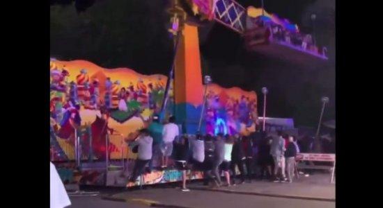 VÍDEO: Brinquedo perde controle em parque de diversão e grupo se arrisca para impedir acidente; veja
