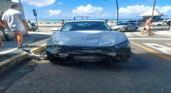 Acidente envolvendo carro de luxo deixa feridos na Avenida Boa Viagem, na Zona Sul do Recife