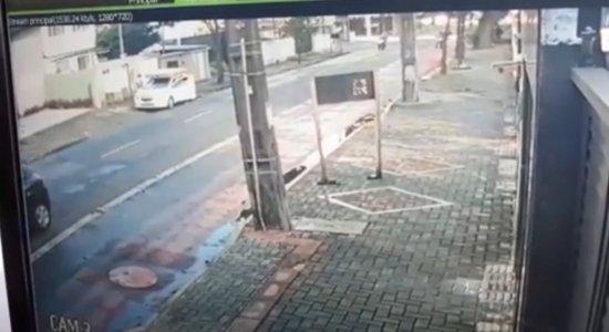 Câmeras flagram momento em que irmão do ex-boxeador Todo Duro é morto a tiros, em Casa Forte, Zona Norte do Recife
