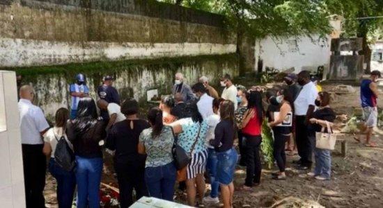 Corpo de homem que morreu após ataque de tubarão no Grande Recife é sepultado pela família