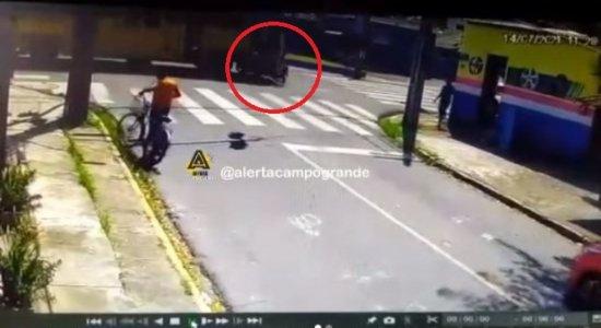 Câmera de segurança registra forte colisão entre motociclista e ônibus no Recife; veja vídeo