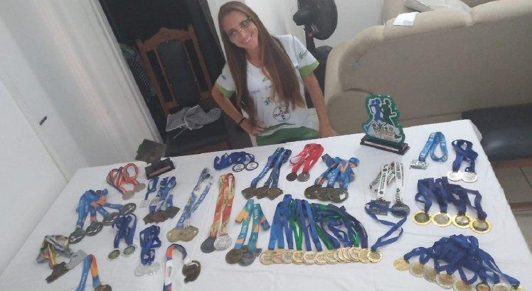 Samira Brito, de Petrolina, com medalhas e troféus conquistados através do esporte