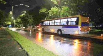 PM sai ferido de assalto a ônibus na Joana Bezerra